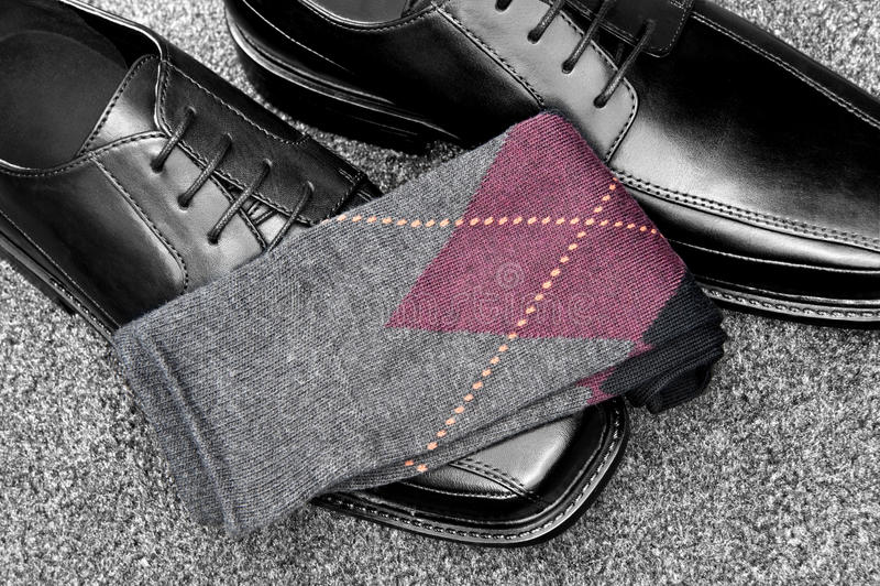 Pattini di cuoio neri con i calzini di Argyle fotografia stock libera da diritti