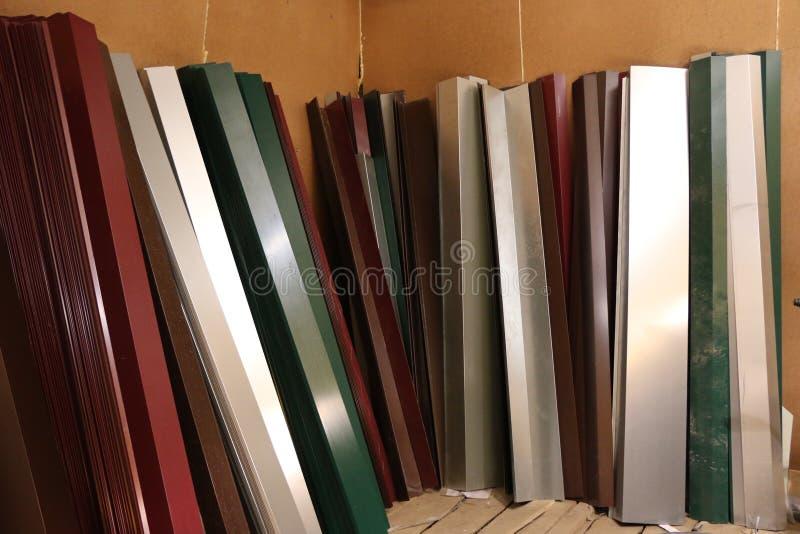 Pattini dipinti e galvanizzati per coprire Angoli d'acciaio multicolori per la copertura gli angoli e dei giunti sul tetto immagine stock