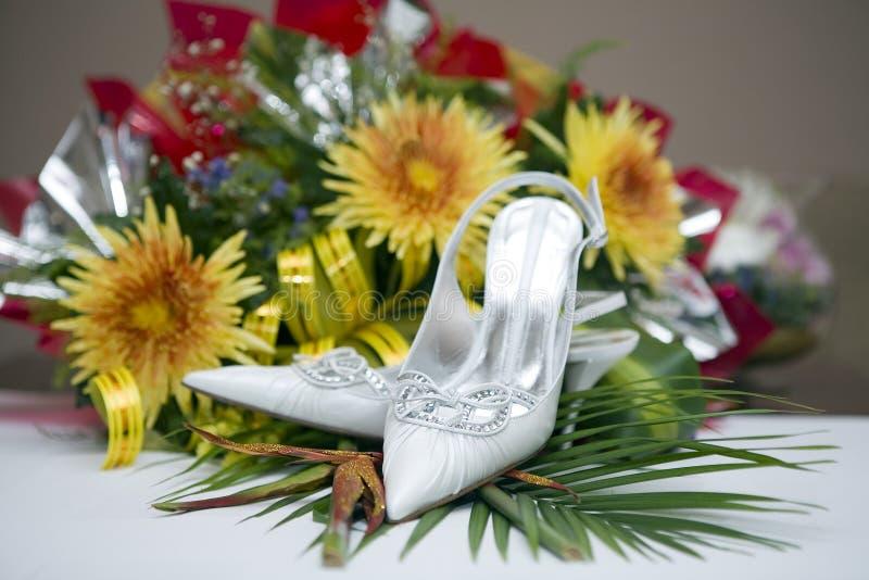 Pattini e fiori di cerimonia nuziale immagini stock libere da diritti