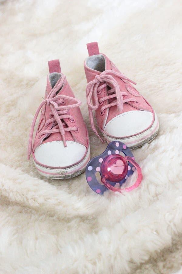 Pattini e manichino di colore rosa di bambino fotografie stock