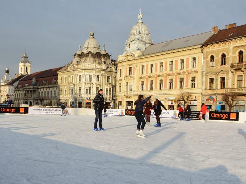 Pattino dei giovani sulla pista di pattinaggio di pattinaggio su ghiaccio immagine stock libera da diritti