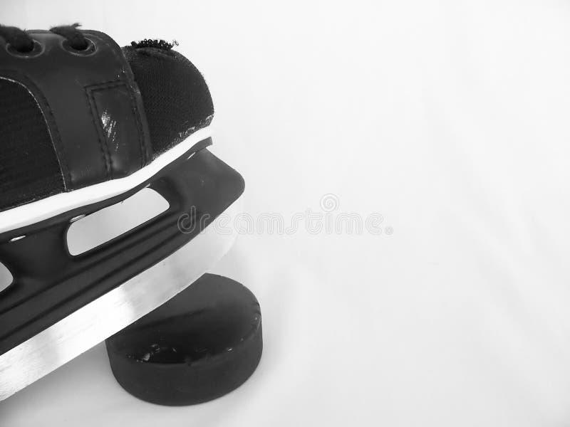 Pattino e disco di gomma del hokey fotografia stock libera da diritti