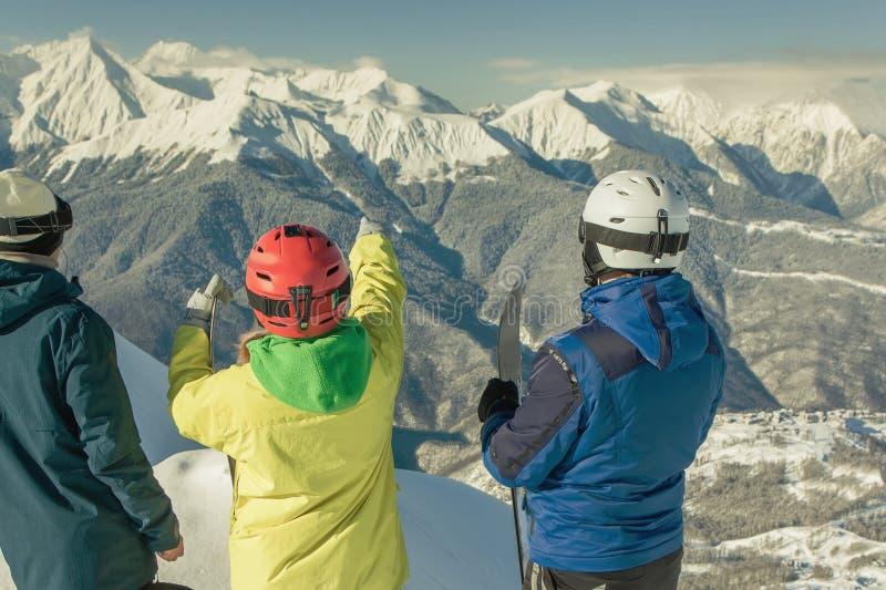 Pattino e Snowboard Donna ed uomo di sport in montagne nevose immagine stock libera da diritti