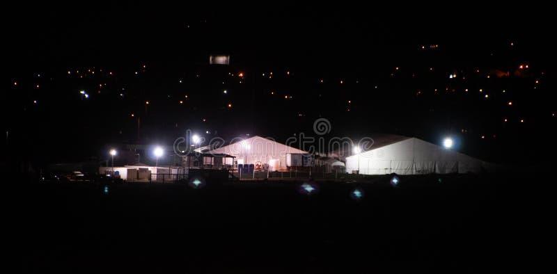 Pattuglia di frontiera El Paso, alloggio temporale di TX e di elaborazione centro degli Stati Uniti di notte fotografie stock