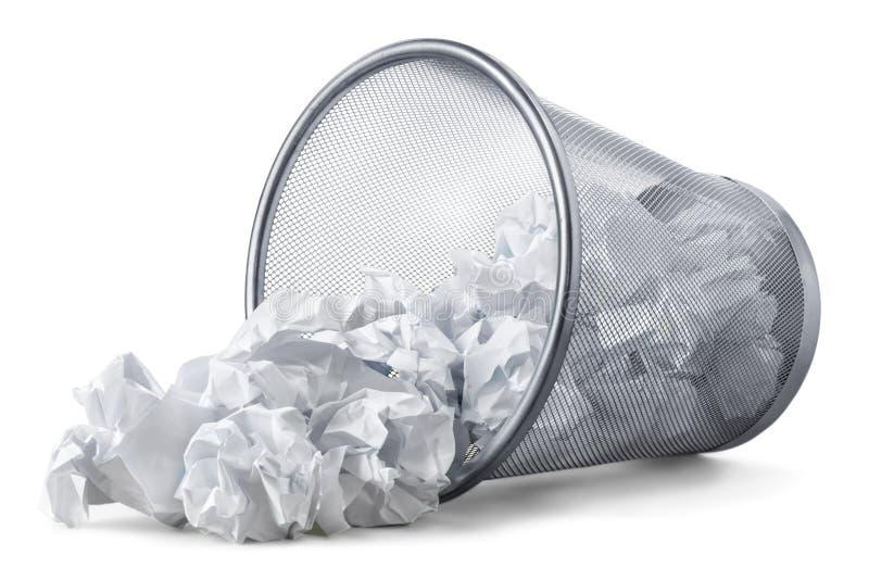Pattumiera con gli strati di carta su bianco fotografie stock