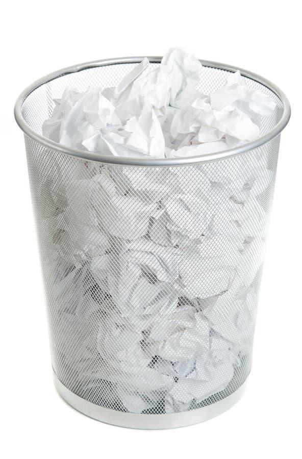 Pattumiera della rete metallica su bianco fotografia stock libera da diritti