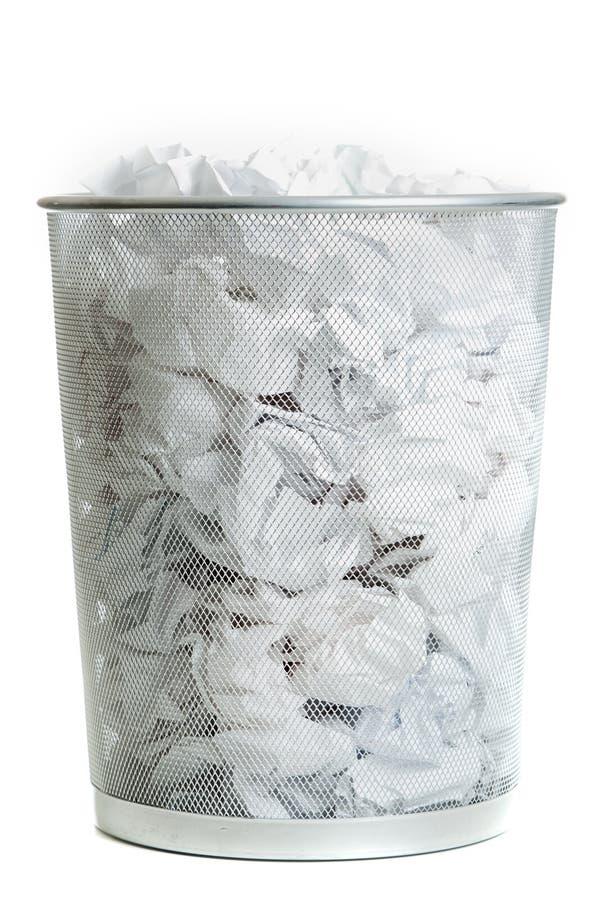Pattumiera della rete metallica su bianco immagini stock