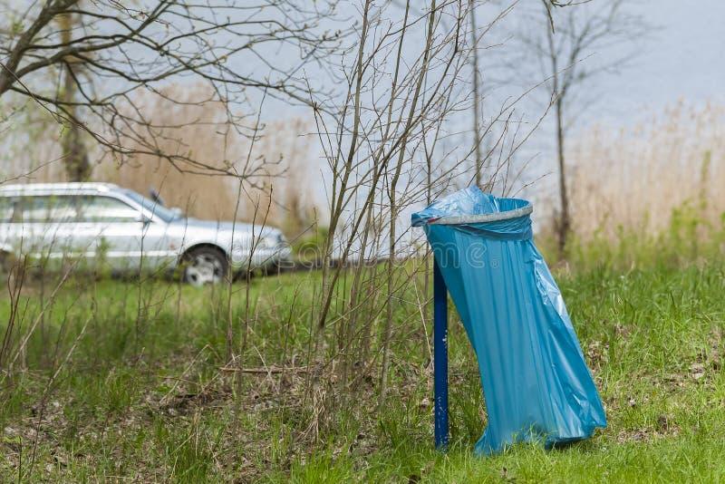 Pattumiera nel parco sparpagliare fotografia stock libera da diritti