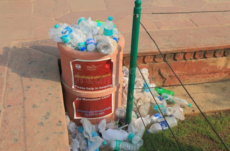 Pattumiera Taj Mahal Agra India del recipiente dei rifiuti fotografia stock libera da diritti