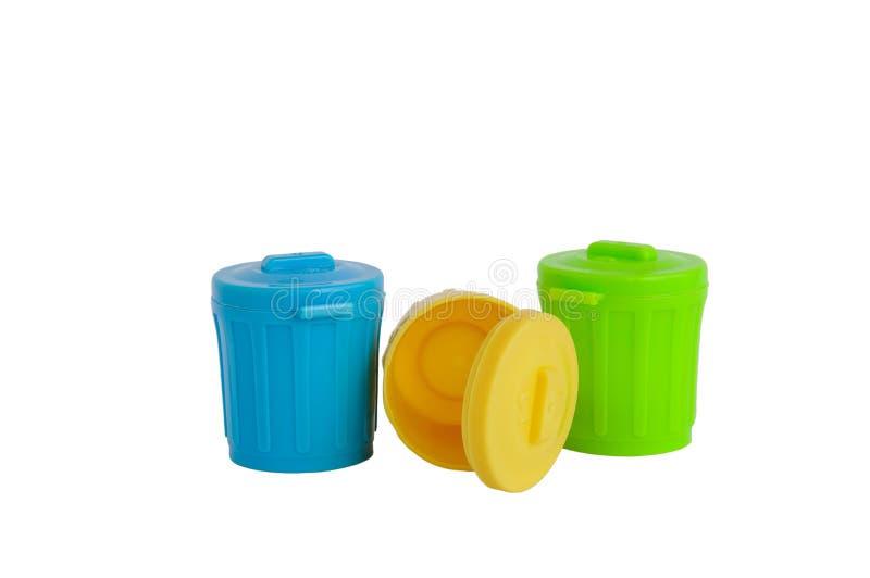 Pattumiere di plastica verdi, gialle e blu isolate fotografia stock