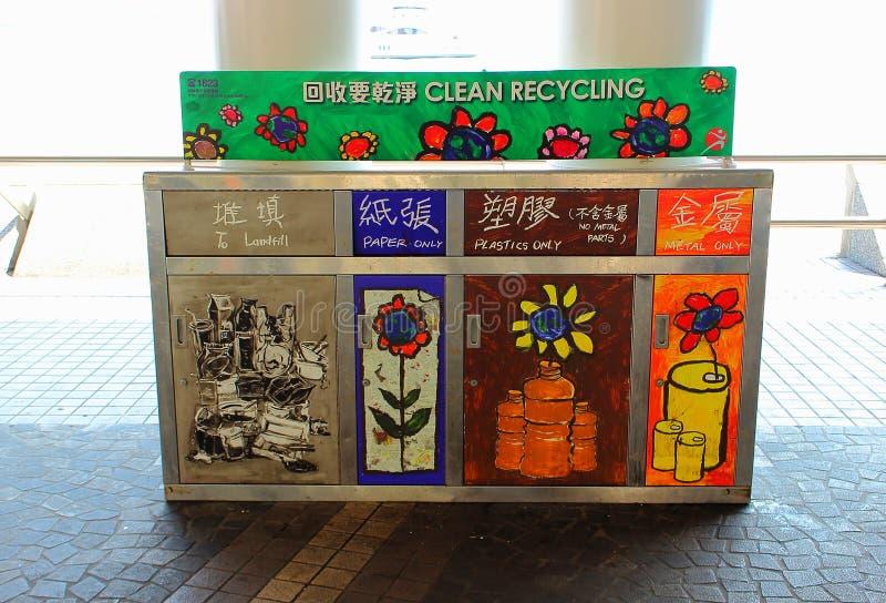 Pattumiere per i generi differenti di immondizia a Hong Kong fotografia stock libera da diritti