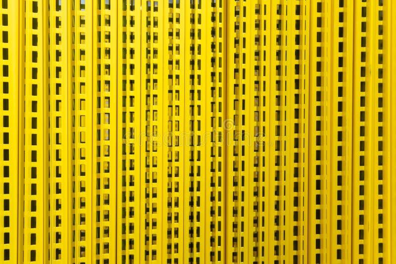 Patturn av hylladelen: en öppning av GRUNDLÄGGANDE UPPRÄTT gul textur för FULLFÖLJANDEbuntbakgrund för gul bakgrund arkivbild