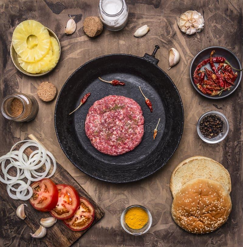 Patty de la cacerola para los bollos de la hamburguesa, tomate, opinión superior del vintage de la hamburguesa de la carne picadi imagen de archivo libre de regalías