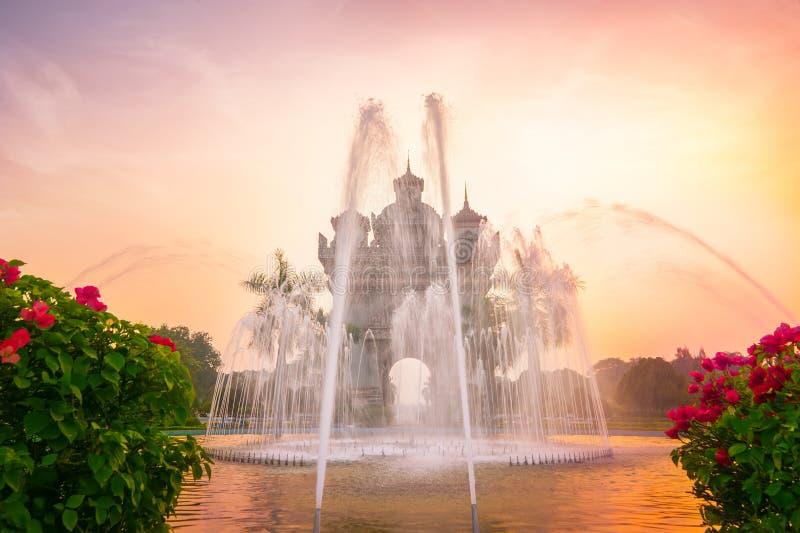 Patuxai båge eller Victory Triumph Gate monument med den främsta springbrunnen laos vientiane arkivfoto