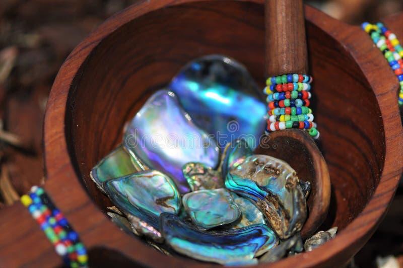 Paua skalstycken i handcrafted prydd med pärlor träbunke royaltyfria bilder