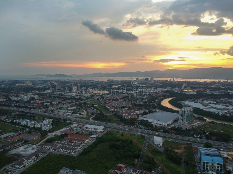 Pauh permatang взгляда захода солнца воздушного фотографирования трутня сверху и jaya seberang стоковые фотографии rf