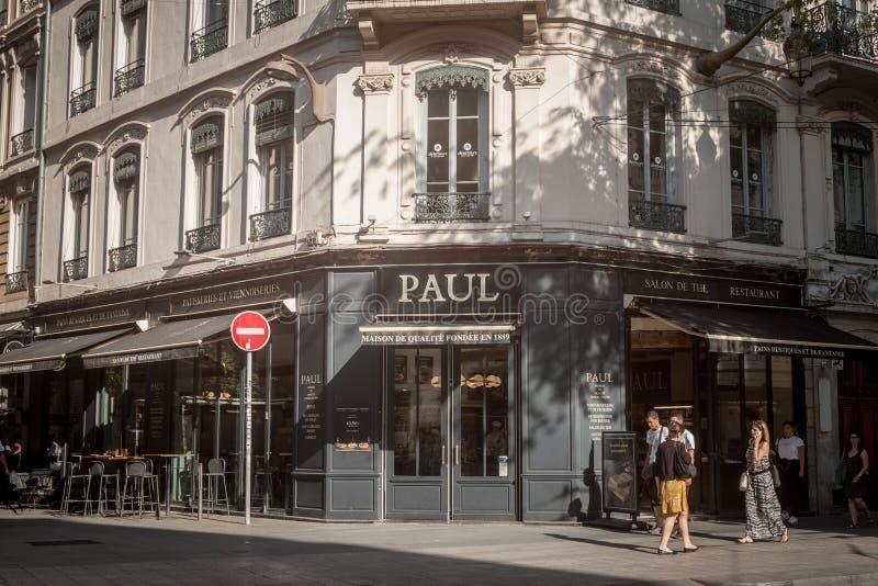Paul-Logo vor ihrer lokalen Bäckerei in im Stadtzentrum gelegenem Lyon Paul Boulangeries ist eine französische Kette von Bäckerei lizenzfreies stockfoto