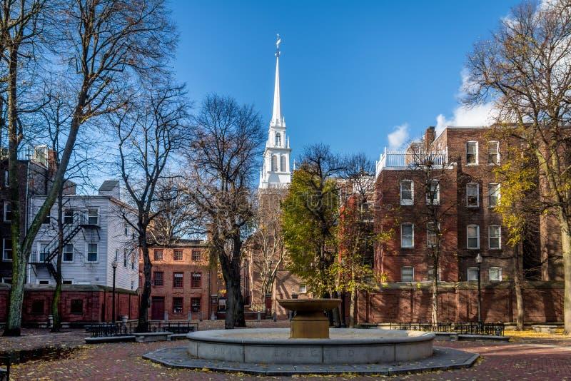 Paul Revere Mall e igreja norte velha - Boston, Massachusetts, EUA fotografia de stock