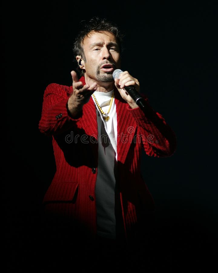Paul Rodgers con la reina se realiza en concierto imagenes de archivo