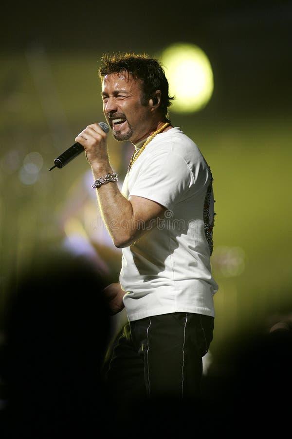 Paul Rodgers con la reina se realiza en concierto imagen de archivo libre de regalías