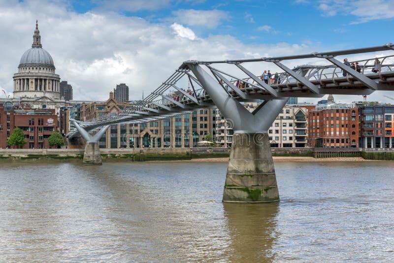 Paul ` s katedra i milenium most, Londyn, Anglia, Wielki Brytania obrazy stock