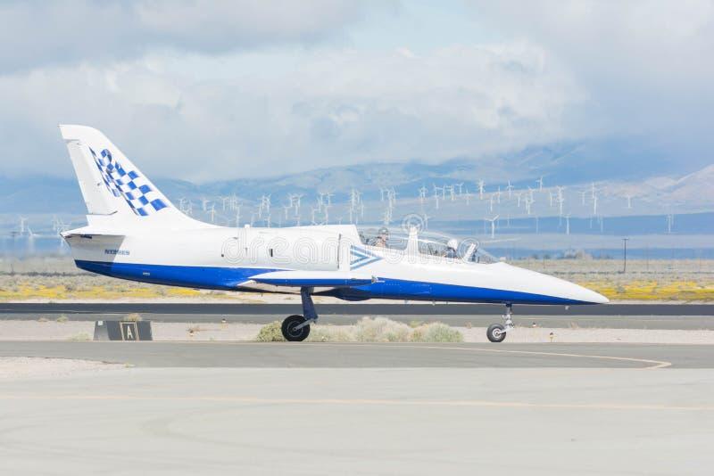 Paul Sticky Strickland é taxiing um jato de L-39 Albatros imagens de stock royalty free