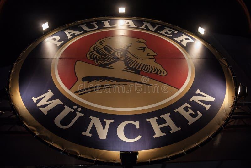 Paulaner啤酒商标,采取在一家Paulaner商店在贝尔格莱德在晚上 Paulaner是其中一已知的巴法力亚啤酒 免版税库存照片
