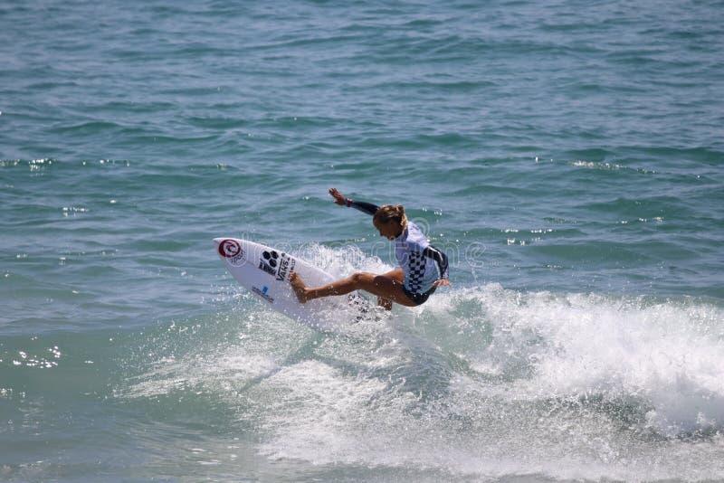 Pauline Ado som konkurrerar i US Open av att surfa 2018 royaltyfri foto