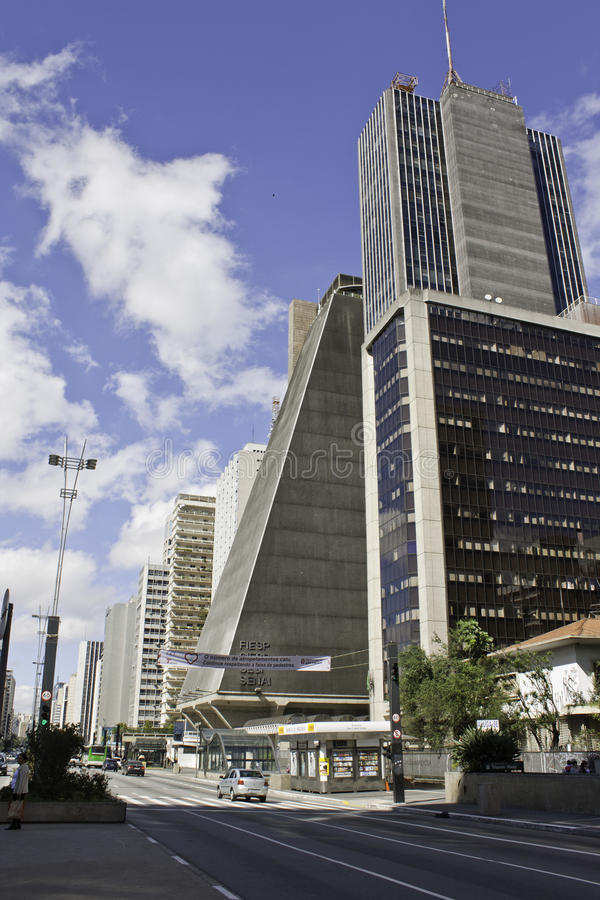 Paulista aveny - FIESP-byggnad royaltyfri bild