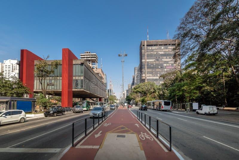 Paulista aveny och MASP-Sao Paulo Museum av konst - Sao Paulo, Brasilien royaltyfria bilder