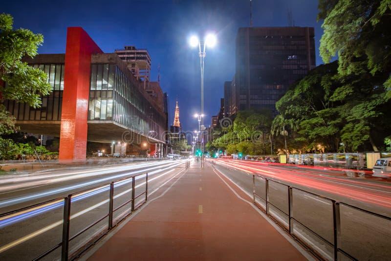 Paulistaweg en MASP-Sao Paulo Museum van Kunst bij nacht - Sao Paulo, Brazilië stock fotografie