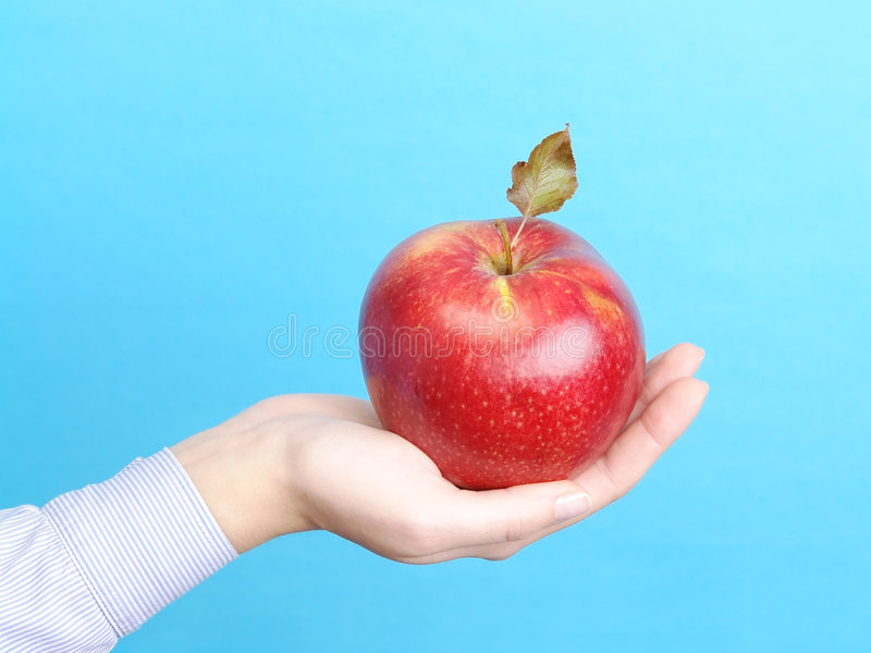 Paume femelle avec la pomme rouge photos stock