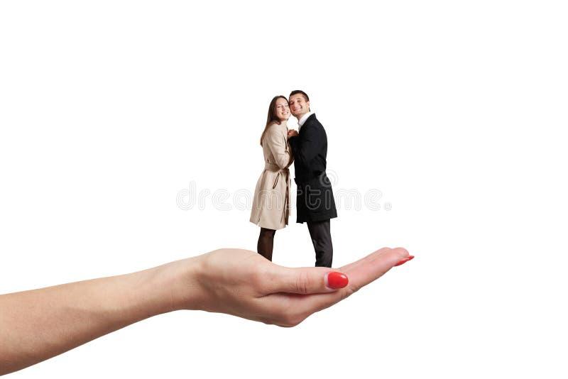 Paume tenant de petits couples image libre de droits