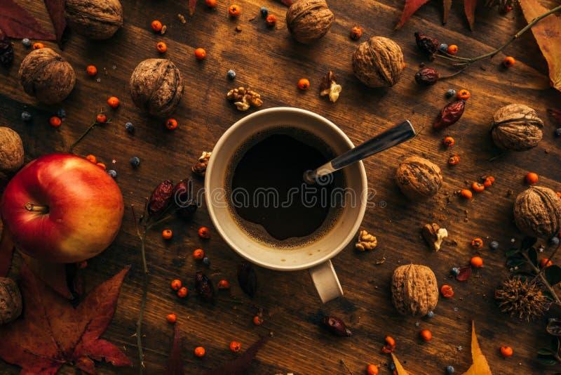 Pausa caffè di autunno, direttamente sopra fotografia stock libera da diritti