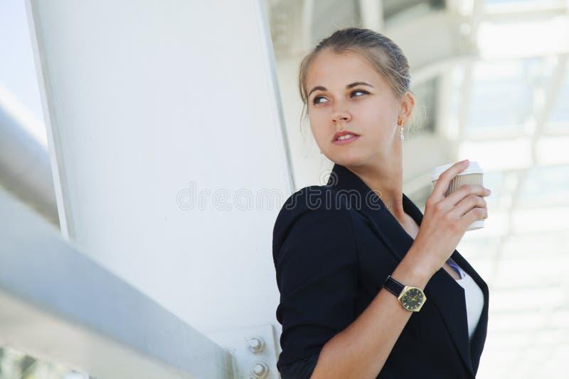 Pausa caffè, donna di affari con la tazza di caffè fotografia stock libera da diritti