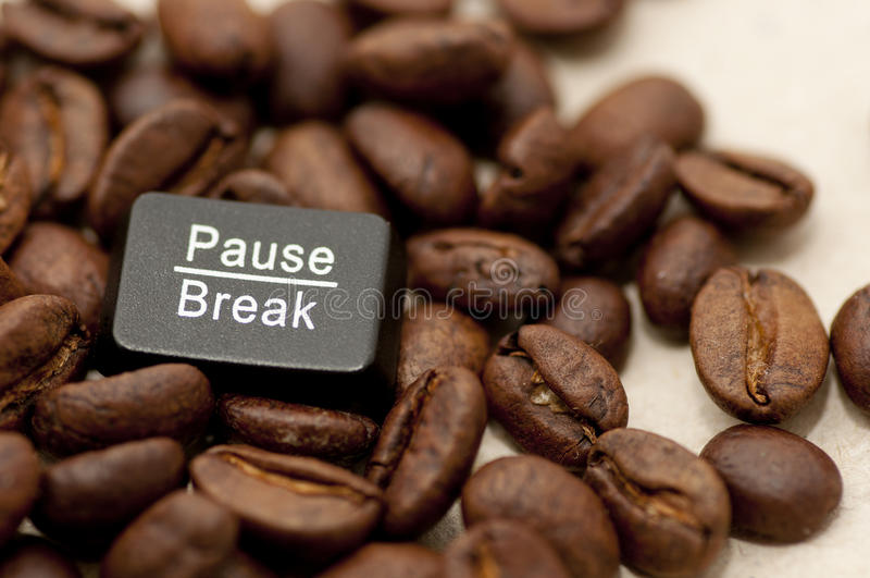 Pausa, chiave di rottura fra i chicchi di caffè immagini stock