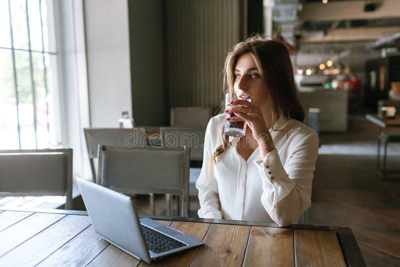 Pausa para o almoço durante o trabalho Senhora pensativa do negócio imagem de stock royalty free