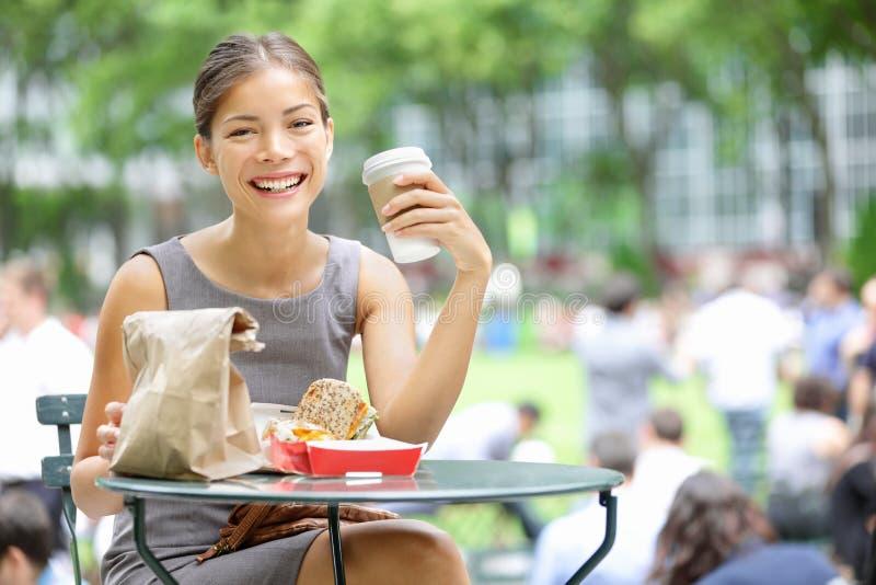 Pausa para o almoço nova da mulher de negócio foto de stock