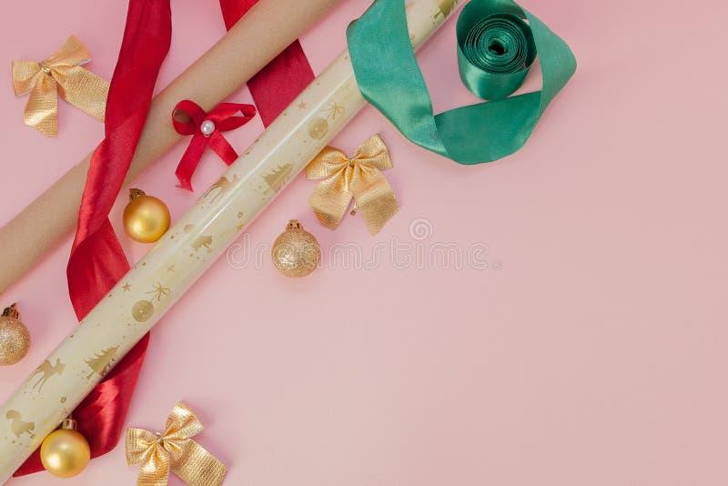 Pauschalreisen für Geburtstag, Valentinstag, Weihnachten, Neues Jahr auf rosa Hintergrund stockfotografie