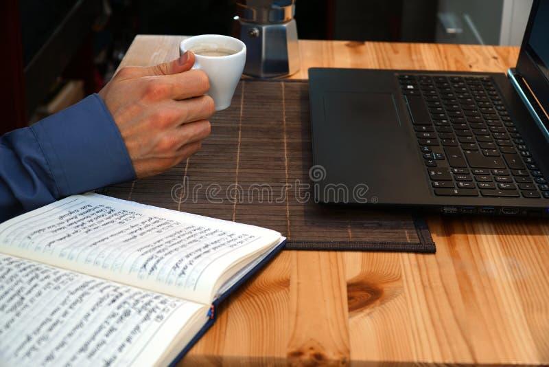 Pause-café au travail pour la relaxation image libre de droits