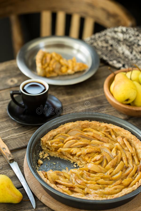 Pause-café avec la tarte française de poire photographie stock