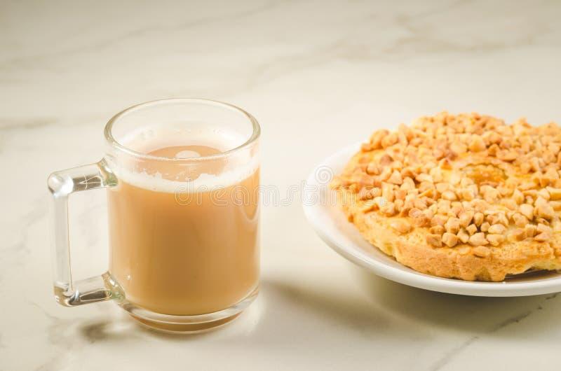 Pause-café avec le biscuit sec frais avec la coupure de /Coffee d'écrous avec le biscuit sec frais avec des écrous sur un fond de images stock