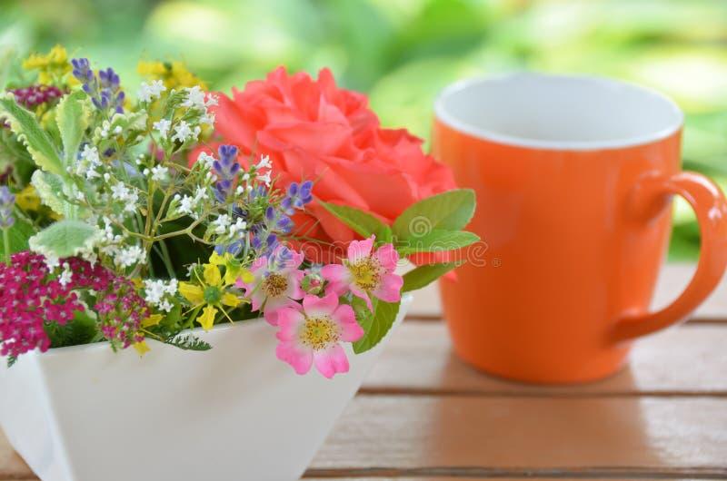 Pause café avec les fleurs de fines herbes photographie stock