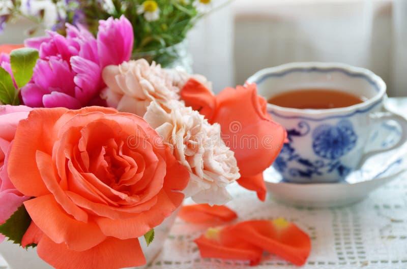 Pause café avec rose et des herbes photographie stock