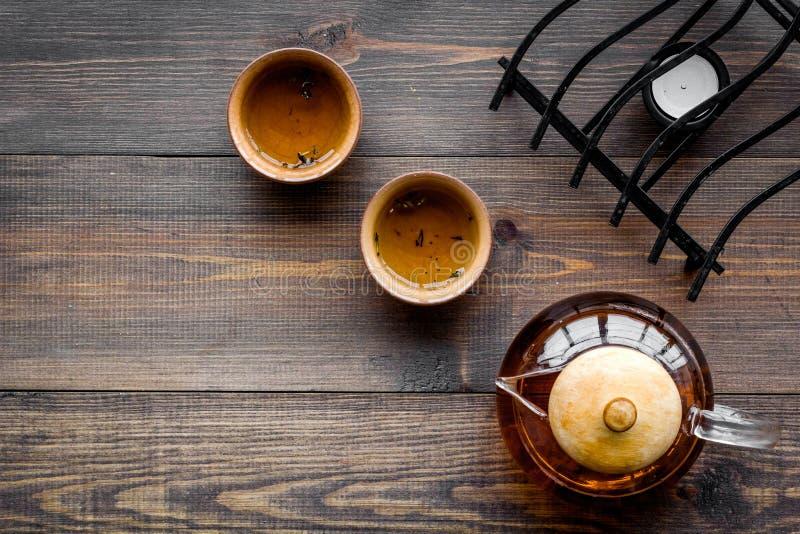 Pause café Cérémonie de thé des FO de Cookware Pot et tasses de thé sur le copyspace en bois foncé de vue supérieure de fond photographie stock libre de droits
