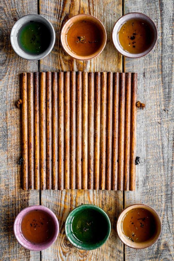 Pause café Cérémonie de thé des FO de Cookware Tasses sur la maquette en bois rustique de vue supérieure de fond image stock