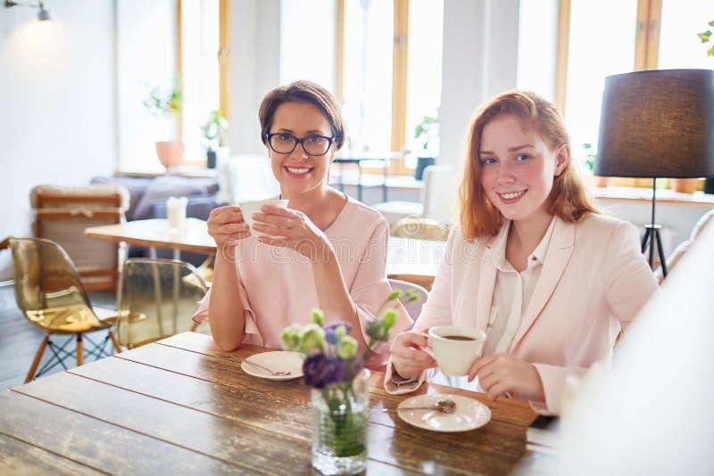 Pause café dans le cafétéria image libre de droits