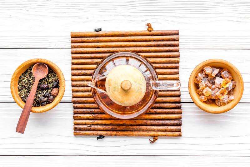 Pause café Pot, sucre et feuilles de thé de thé sur la vue supérieure de fond en bois blanc images libres de droits