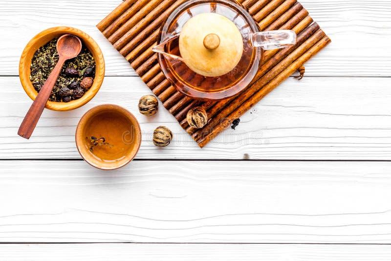 Pause café Pot, tasses et feuilles de thé de thé sur le copyspace en bois blanc de vue supérieure de fond image stock