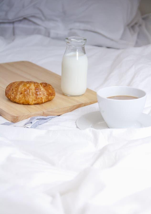 Pause-café simple d'espace de travail ou dans le matin Cuvette de café chaud images stock